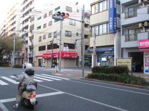 千川通り西武池袋線桜台駅方面へ直進し、桜台駅前の信号を右折